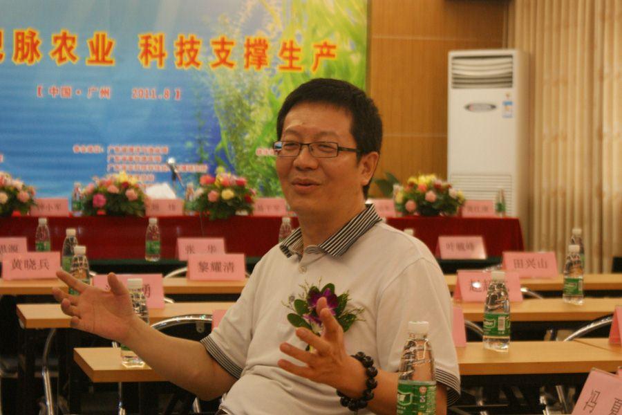 直通车实施办钟小军副主任在会议开始前接受媒体采访