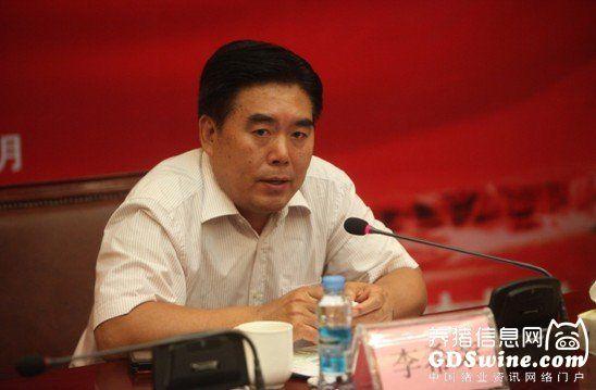 全国畜牧总站站长、中国饲料工业协会常务副会长、秘书长李希荣在主席台上