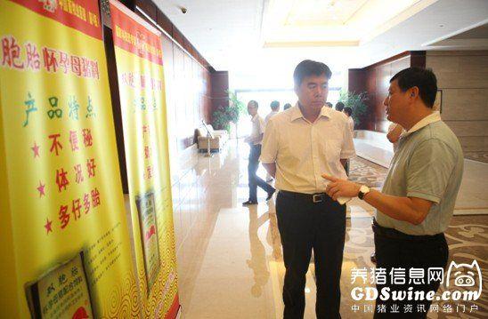 全国畜牧总站站长李希荣与双胞胎集团总裁邓书甄在会场