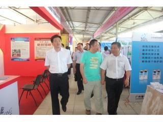 广东省农业厅副厅长郑惠典一行参观企业展位