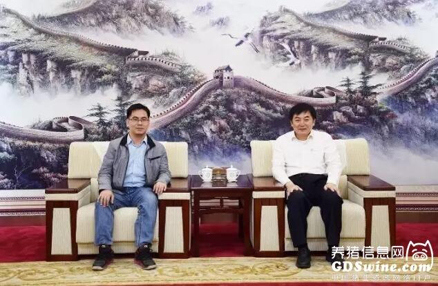 沈志强董事长(右)与《猪业》采编合照