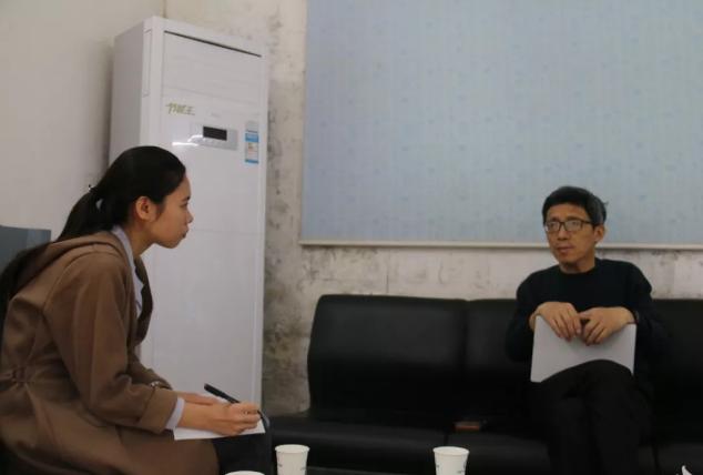樊福好研究员(右)接受《动物防疫一线》采访