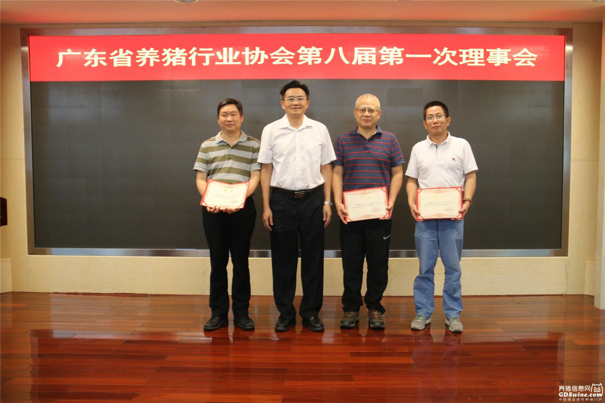 广东省农业农村厅党组成员、副厅长郑惠典为专家代表颁发聘书