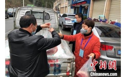 浙江一村民给110户居家隔离户送自家土猪肉
