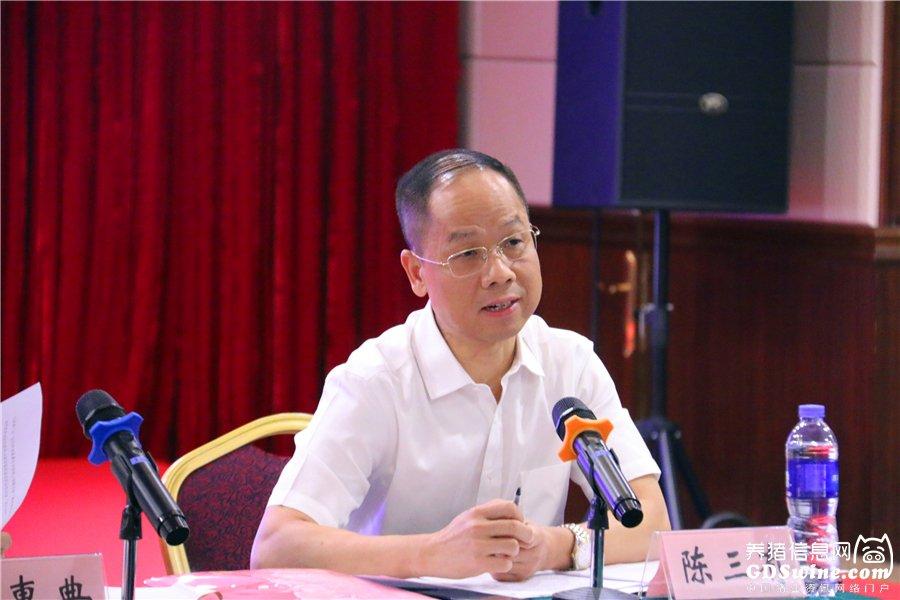 广东省养猪行业协会会长陈三有主持会议