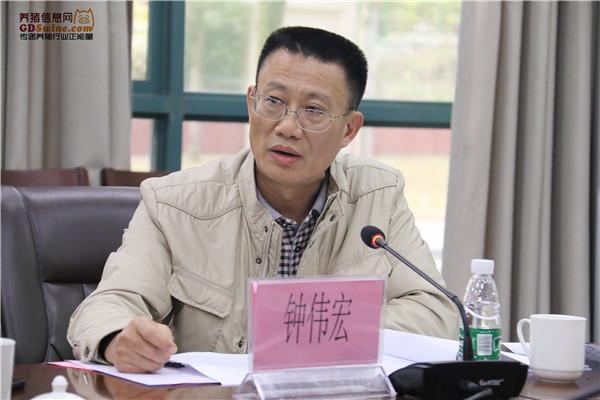 湛江市农业农村局科长钟伟宏介绍湛江市畜牧业生产情况